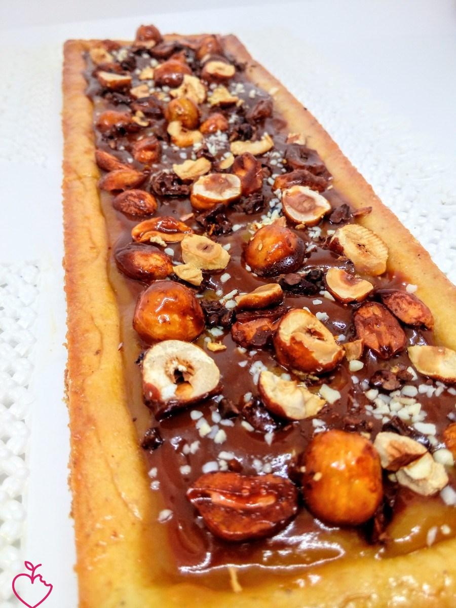Torta al caramello e frutta secca.